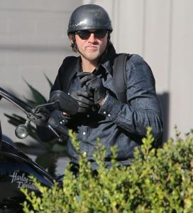 charlie-hunnam-motorcycle-ride-on-emmys-sunday-02_zps52d6bb15