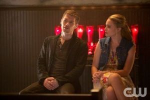 the-originals-season-1-episode-4-girl-in-new-orleans-klaus-cami-sit-and-talk