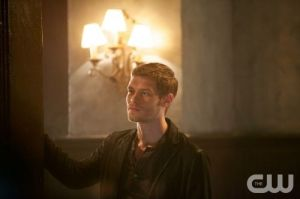 the-originals-season-1-episode-4-girl-in-new-orleans-klaus-church-watching